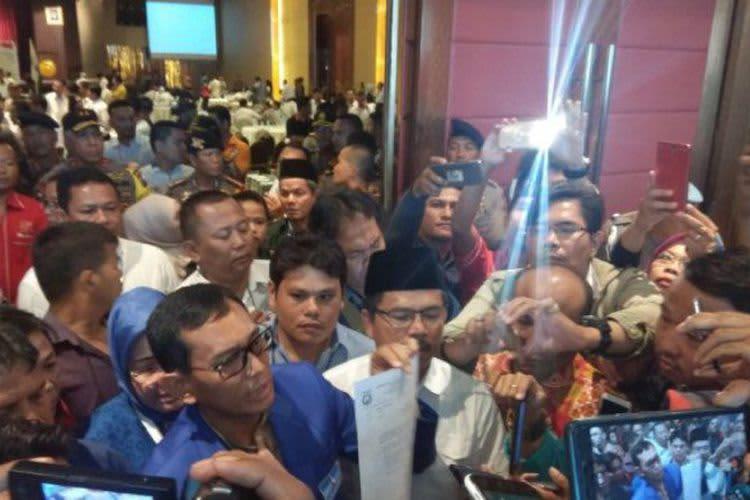 Tak Lolos Pilkada Sumut,JR Saragih Menangis