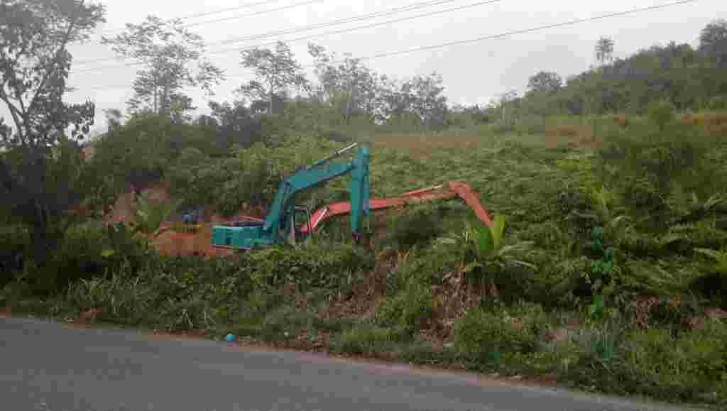 Akibat Excavator Terbenam, Perbaikan Saluran Irigasi Di Perbatasan Desa Hutapuli Terhambat